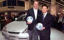 Johan Cruyff, wiceprezes Byung-Ho Sung i nowy Hyundai Coupe /INTERIA.PL