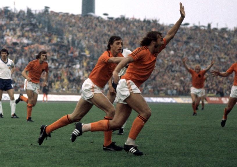 Johan Cruyff z Johanem Neeskensem w finale mundialu 1974. Cruyff w koszulce z dwoma paskami, Neeskens - z trzema