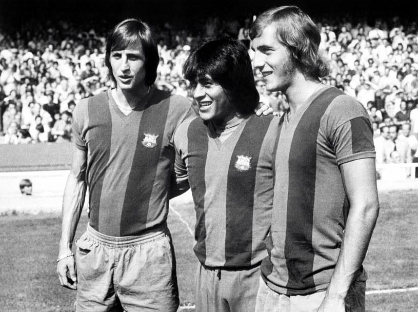 Johan Cruyff (z lewej) odnosił z Barceloną sukcesy jako piłkarz i trener /AFP