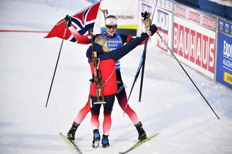 Johannes Thingnes Boe i Marte Olsbu Roiseland świętują złoto MŚ w supermikście /PAP/EPA