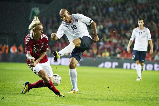 John Carew (biała koszulka) i jego koledzy z kadry Norwegii dobrze bawili się przed meczem z Danią /AFP