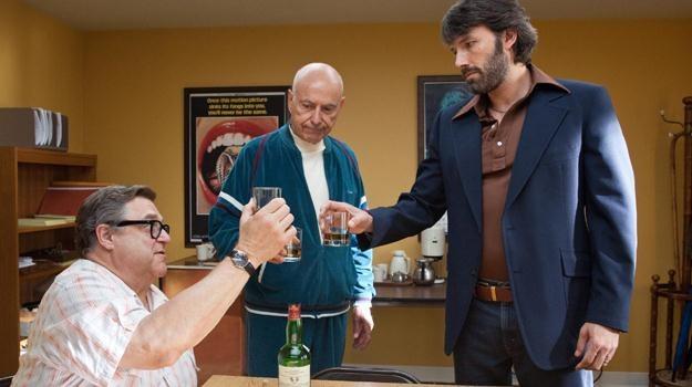 """John Goodman, Alan Arkin i Ben Affleck w scenie z filmu """"Operacja Argo"""" /materiały dystrybutora"""