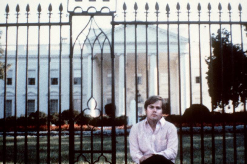 John Hinckley przed Białym Domem (zdjęcie z 1981 roku) /AFP