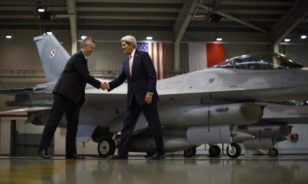 John Kerry i Tomasz Siemoniak przed polskim F-16 w bazie w Łasku /AFP