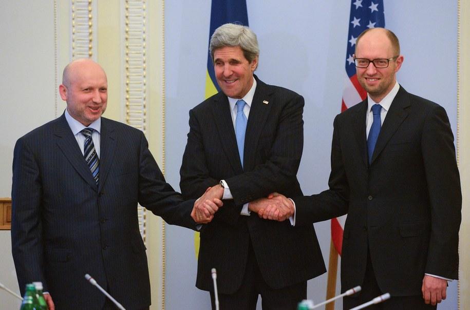 John Kerry w czasie spotkania z Arsenijem Jaceniukiem i Ołeksandrem Turczynowem /Andrew Kravchenko /PAP/EPA