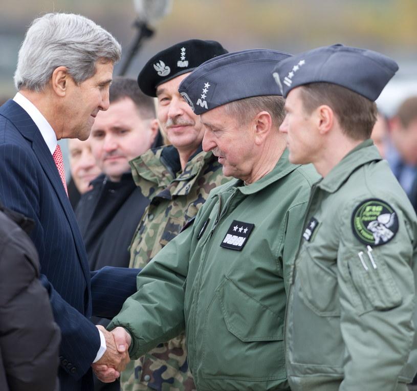 John Kerry (z lewej) wita się z dowódcą Sił Powietrznych gen. Lechem Majewskim (z prawej), obok Szef Sztabu Generalnego Wojska Polskiego gen. broni Mieczysław Gocuł /PAP