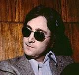 John Lennon i jedna z par jego okularów słonecznych /AFP