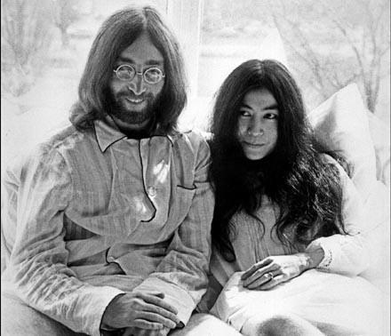 John Lennon i Yoko Ono w apartamencie 702, Hilton Hotel w Amsterdamie (1969) /arch. AFP