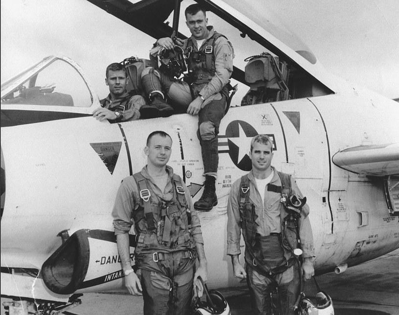 John McCain na zdjęciu z 1965 roku (pierwszy z prawej na dole) /PAP/EPA