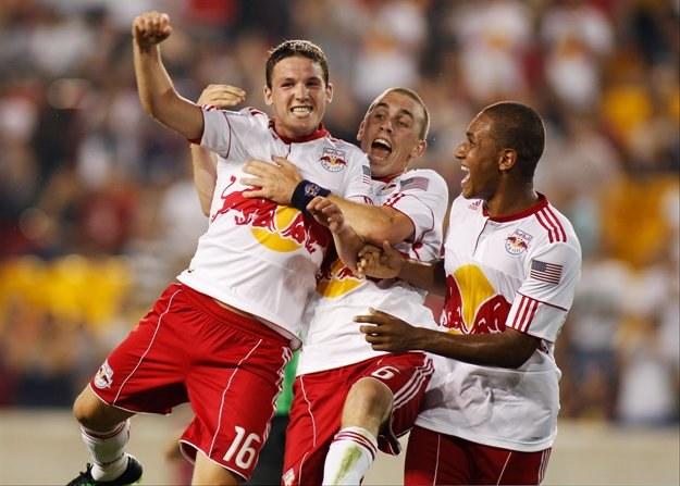 John Rooney (z lewej) zapewnił NY Red Bulls awans do ćwierćfinału Pucharu USA /AFP