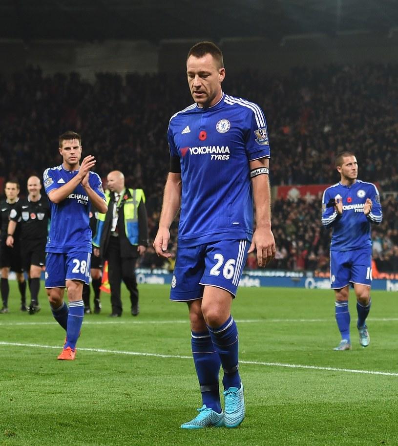 John Terry (w środku), Cesar Azpilicueta (z lewej) i Eden Hazard, gwiazdy Chelsea wciąż grają słabo /AFP