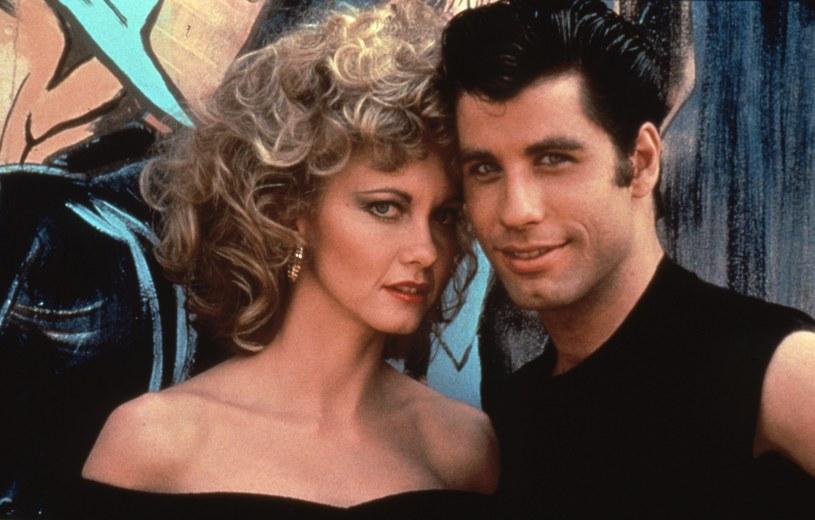 """John Travolta i Olivia Newton-John w charakterystycznych stylizacjach z musicalu """"Grease"""" w 1978 roku /Collection Christophel /East News"""
