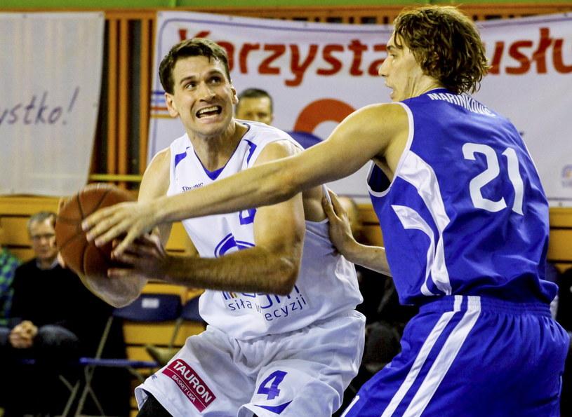 John Turek (z piłką) kontra Ivan Marinković z zespołu gości /Michał Walczak /PAP