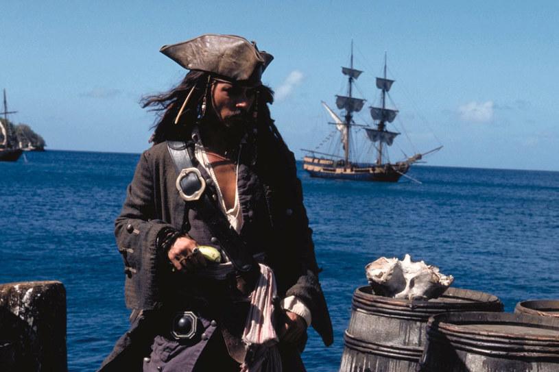 """Johnny Depp jako kapitan Jack Sparrow w """"Piraci z Karaibów: Klątwa Czarnej Perły"""" (2003) /materiały dystrybutora"""