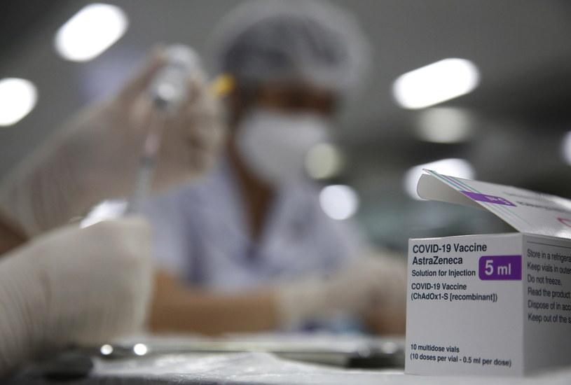 """Johnson i AstraZeneca pracują nad modyfikacją szczepionek po rzadkich przypadkach zakrzepów krwi - podał """"WSJ"""" /PAP/EPA/NARONG SANGNAK /PAP"""