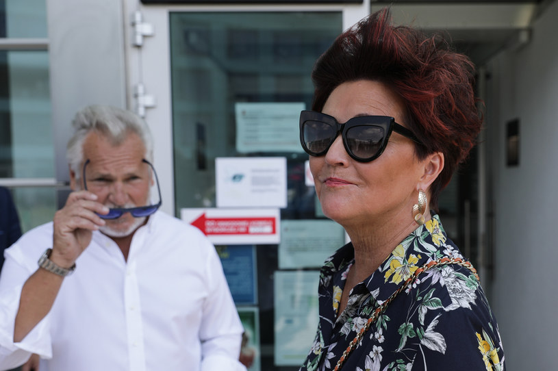Jolanta Kwaśniewska i Aleksander Kwaśniewski w drodze do lokalu wyborczego /Andrzej Hulimka  /Agencja FORUM