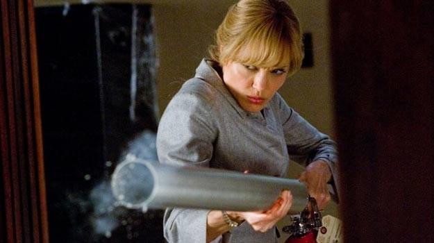 Jolie: Biega, strzela, skacze po dachach samochodów, sprawia niezłe lanie facetom /materiały dystrybutora