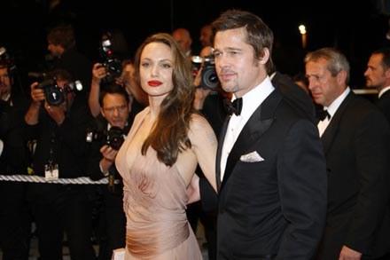 Jolie i Pitt przekazali kolejny milion dolarów na cele charytatywne /AFP