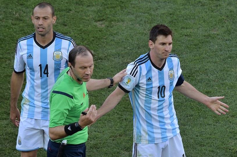 Jonas Eriksson z Leo Messim i Javierem Mascherano podczas mundialu w Brazylii /AFP