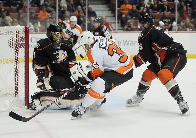 Jonas Hiller nie uchronił Anaheim Ducks od porażki z Philadelphia Flyers /AFP