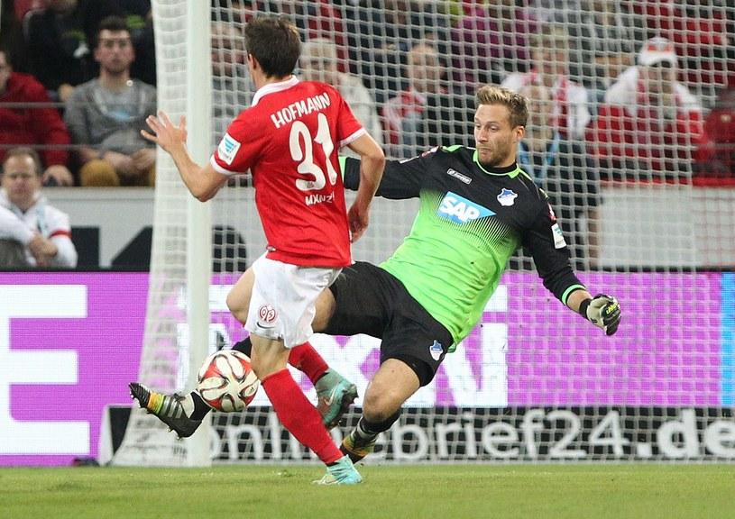 Jonas Hofmann z Mainz i bramkarz Hoffenheim Oliver Baumann /AFP