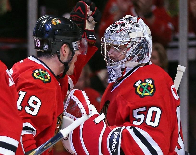 Jonathan Toews i Corey Crawford z Chicago Blakhawks cieszą się z bramki strzelonej zespołowi z Minnesoty /AFP