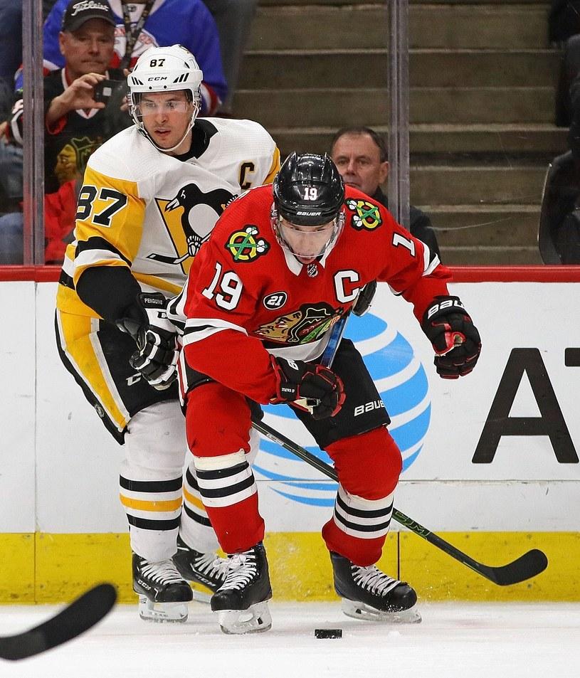 Jonathan Toews (na pierwszym planie) z Chicago Blackhawks i Sidney Crosby, gwiazda Pittsburgh Penguins /AFP
