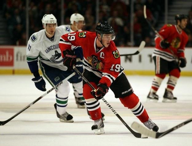 Jonathan Toews poprowadził Chicago Blackhawks do zwycięstwa w meczu z Calgary Flames 4-2 /AFP