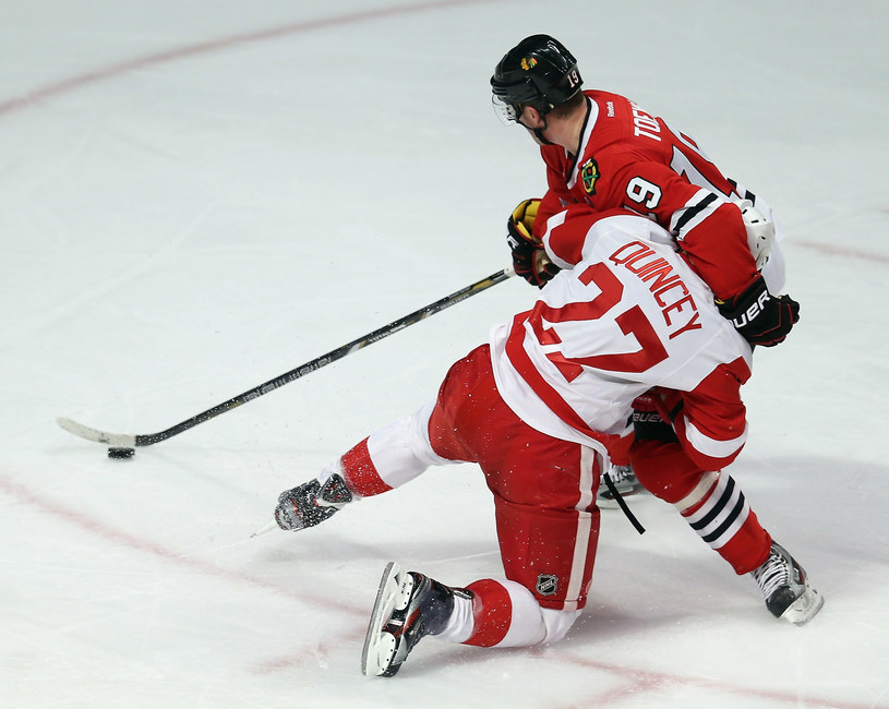 Jonathan Toews z Chicago Blackhawks i Kyle Quincey z Detroit Red Wings /AFP