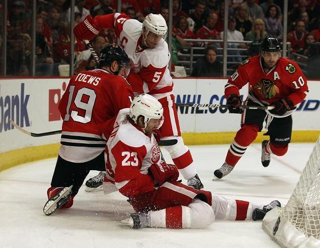 Jonathan Towes z Chicago Blackhawks za bramką Detroit Red Wings /AFP