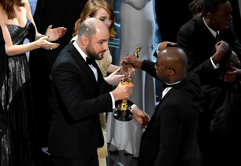 """Jordan Horowitz, producent filmu """"La La Land"""" oddaje swojego Oscara Barry'emu Jenkinsowi, reżyserowi i autorowi scenariusza filmu """"Moonlight"""" /Kevin Winter /Getty Images"""
