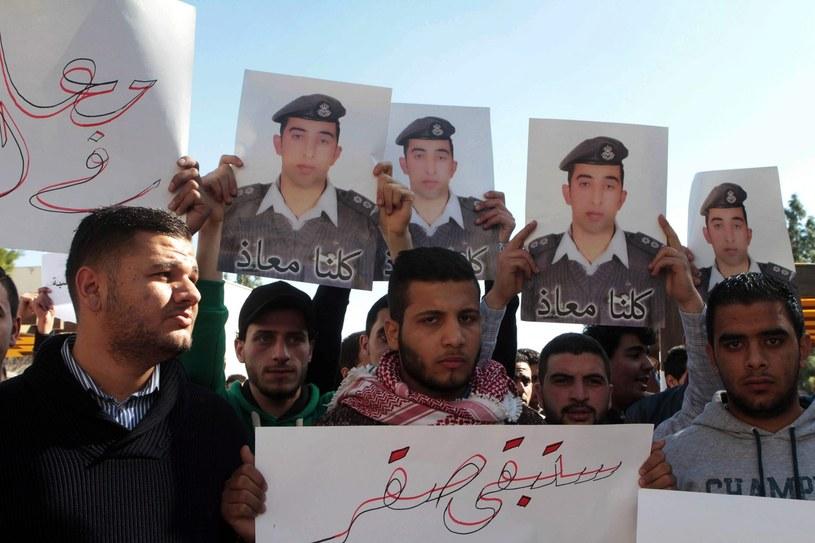 Jordańscy studenci z portretami pilota Muatha al-Kasaesbeha /PAP/EPA