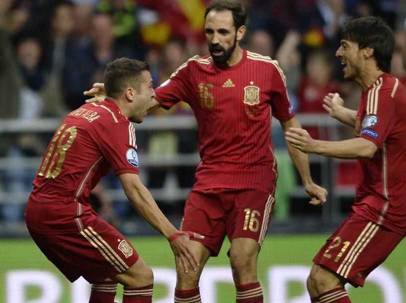 Jordi Alba, Juanfran i David Silva świętują trafienie pierwszego z nich /AFP