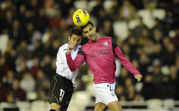 Jordi Alba (z lewej) i Jesus Gomez z Malagi. /AFP
