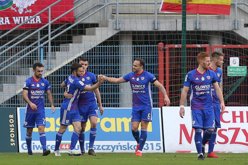 Jorge Felix (drugi z lewej) cieszy się z kolegami po zdobyciu bramki dla Piasta /Michał Chwieduk /Newspix