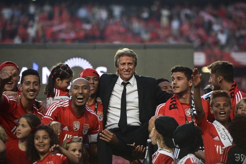 Jorge Jesus świętuje mistrzostwo z piłkarzami Benfiki /AFP