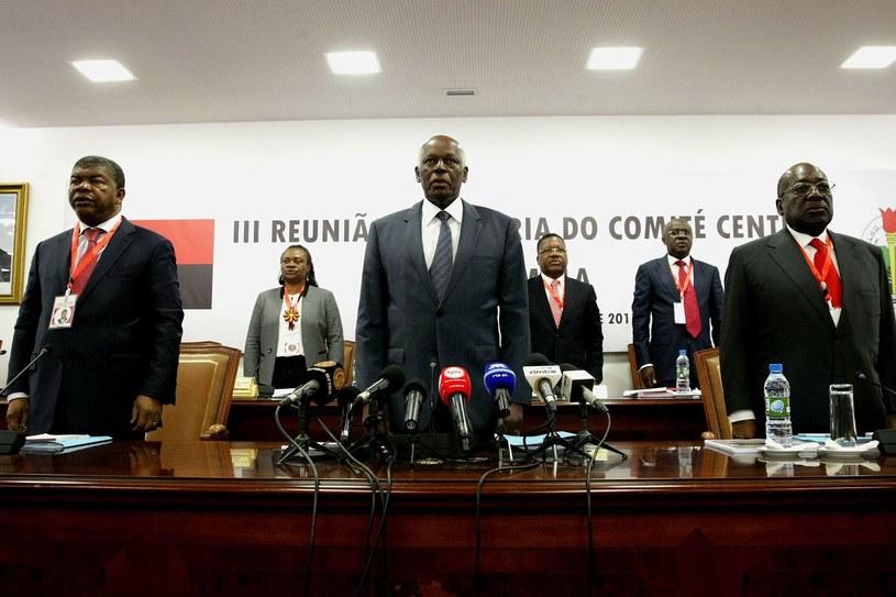 Jose Eduardo dos Santos (w środku) podczas konferencji prasowej /AFP