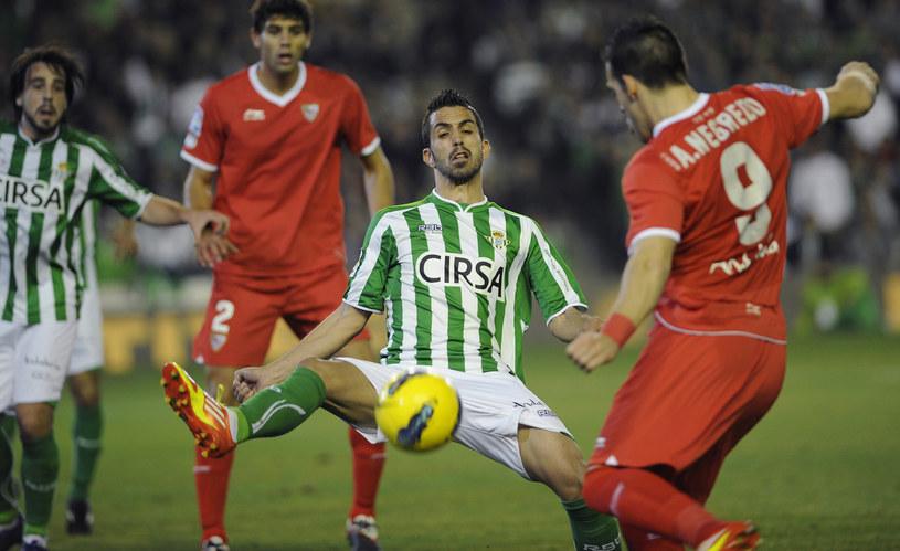 Jose Isidoro blokue Alvara Negredo, czyli derby Sewilli /AFP