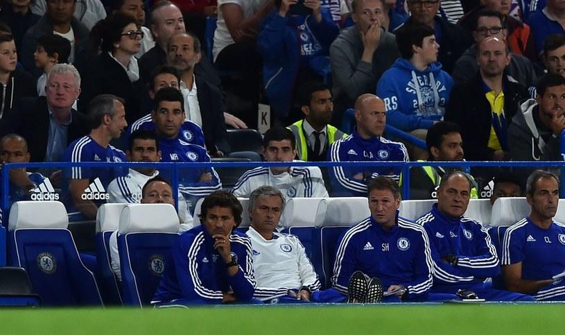 Jose Mourinho (biała bluza w dolnym rzędzie), a nad nim Thibaut Courtois /AFP