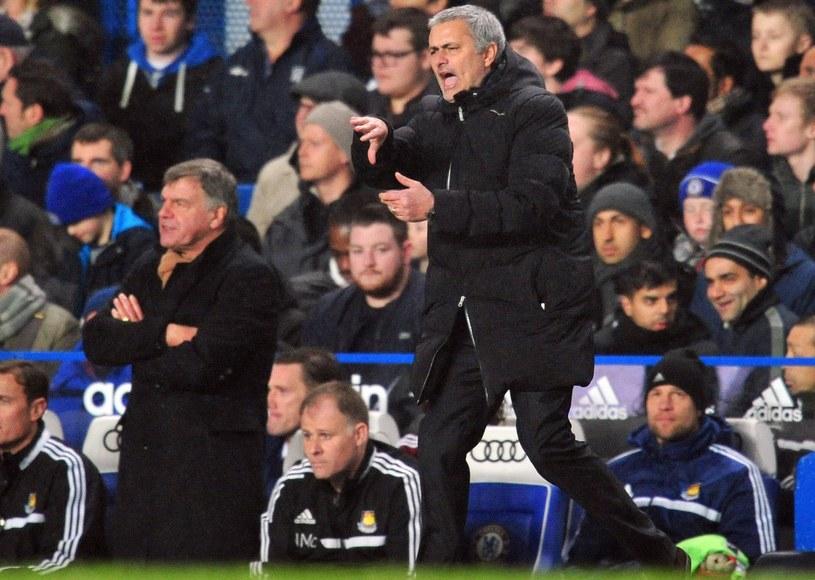 Jose Mourinho denerwował się przy linii, Sam Allardyce (w tle) z większym spokojem obserwował zmagania na Stamford Bridge /AFP