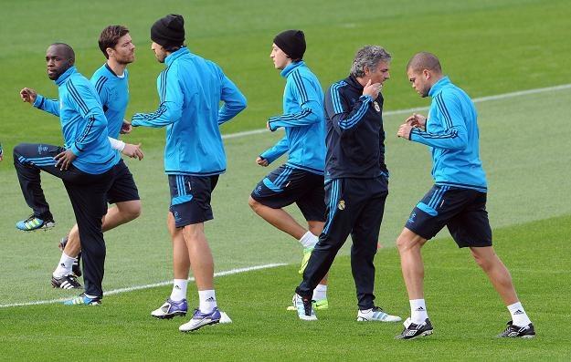 Jose Mourinho (drugi z prawej) na treningu Realu /AFP