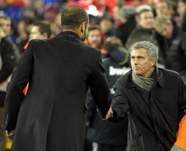 Jose Mourinho gratuluje Josepowi Guardioli (tyłem) zwycięstwa w Gran Derbi /AFP