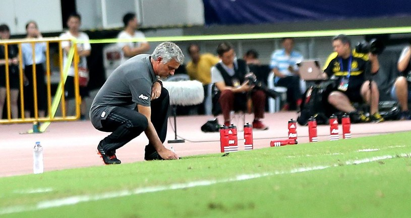 Jose Mourinho, menedżer Manchester United sprawdza murawę na stadionie w Pekinie /PAP/EPA