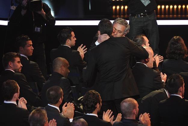 Jose Mourinho odbiera gratulacje od Brazylijczyka Lucio, orbońcy Interu Mediolan /AFP