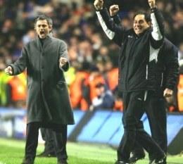 Jose Mourinho (pierwszy z lewej) ma się z czego cieszyć /AFP
