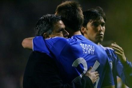 Jose Mourinho pociesza piłkarzy po odpadnięciu z Ligi Mistrzów w zeszłym roku. /AFP