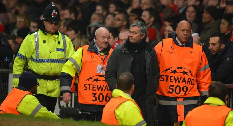 Jose Mourinho pod eskortą na Old Trafford w Manchesterze. /AFP