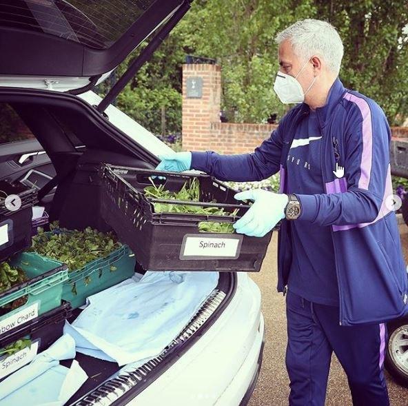Jose Mourinho pomaga w dostawach świeżego jedzenia potrzebującym/ Fot. Instagram @spursofficial /