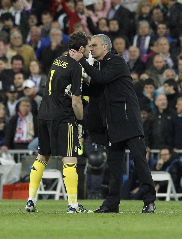 """Jose Mourinho skrytykował m.in. Porto za """"ogromną pensję"""" Ikera Casillasa (na zdjęciu z bramkarzem, kwiecień 2012) /JUANJO MARTIN /PAP/EPA"""