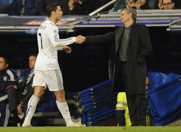 Jose Mourinho (z prawej) obok Cristiano Ronaldo. Czy trafią do Anżi Machaczkała? /AFP